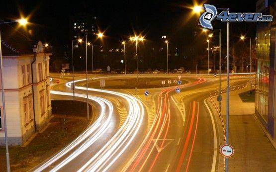 Kreisverkehr in der Nacht, Trenčín, Lichter