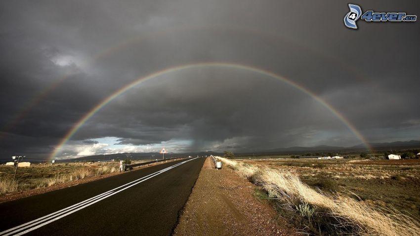 Straße, Regenbogen, dunkle Wolken