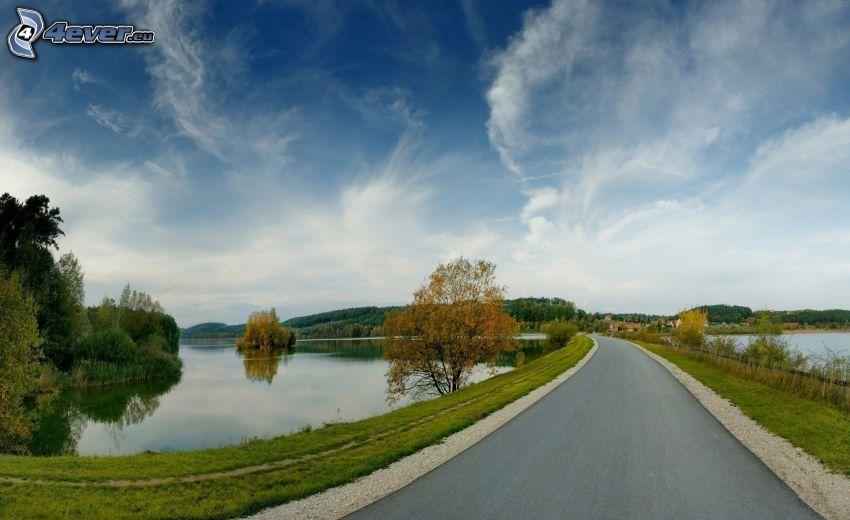 Straße, Seen, Wolken