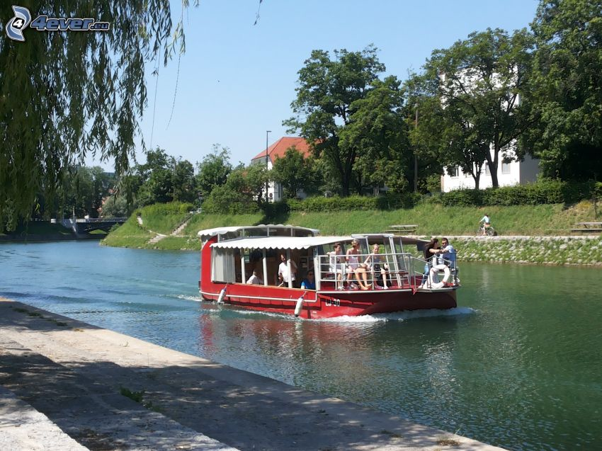 touristisches Schiff, Fluss