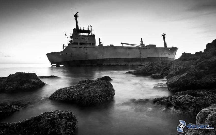 verlassenes rostiges Schiff, Wrack, Meer