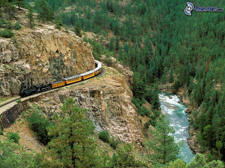 Dampfzug, Felsen, Nadelbäume, Fluss