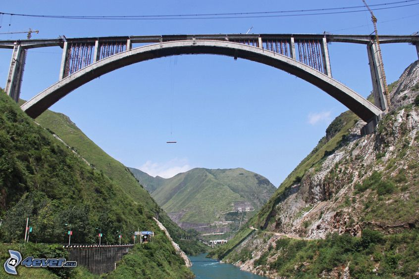 Eisenbahnbrücke, felsige Berge, Fluss