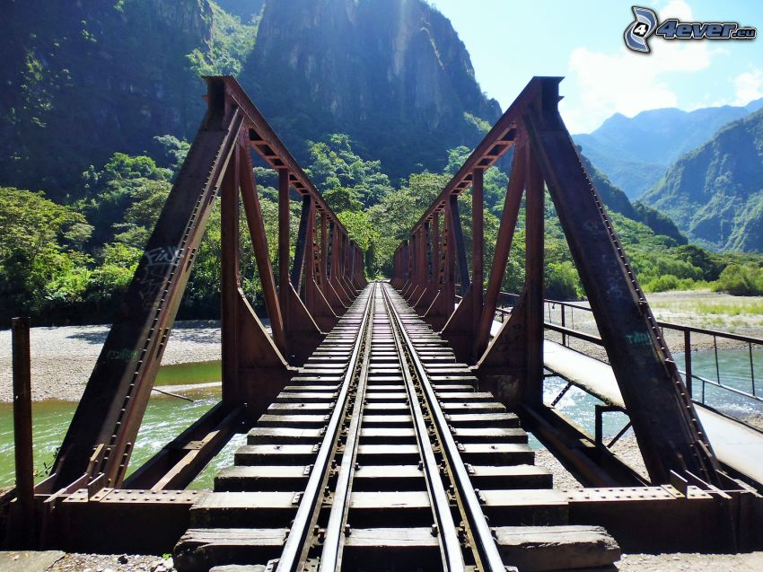 Eisenbahnbrücke, Fluss, felsige Berge