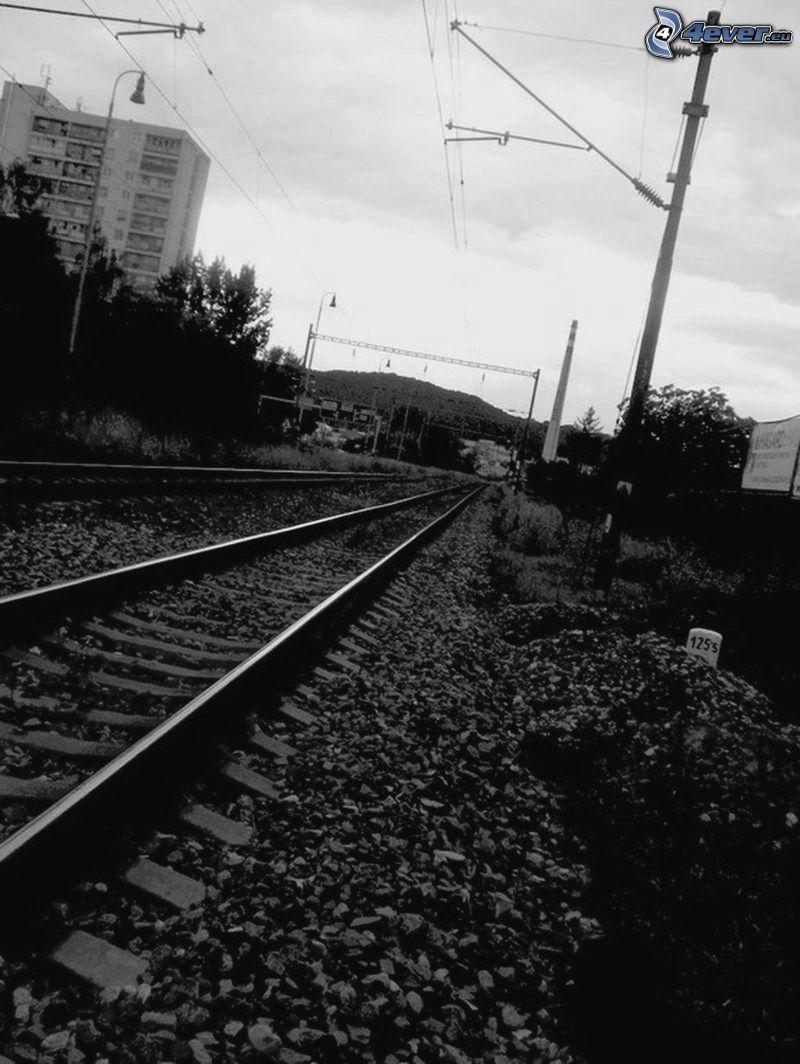 Schienen, Plattenbau, Himmel