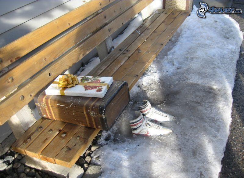 Eis, weiße Turnschuhe, Sitzbank, Koffer