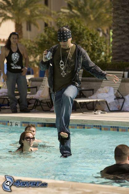 gehen am Wasser, Chris Angel