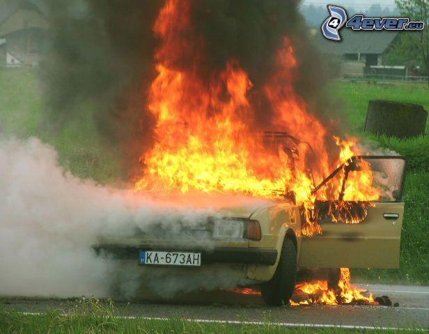 Škoda 120, Feuer, Rauch, brennendes Auto