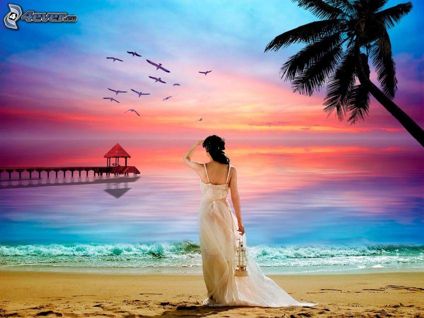 Frau am Strand, Holzsteg, Palme über dem Sandstrand, farbiger Himmel