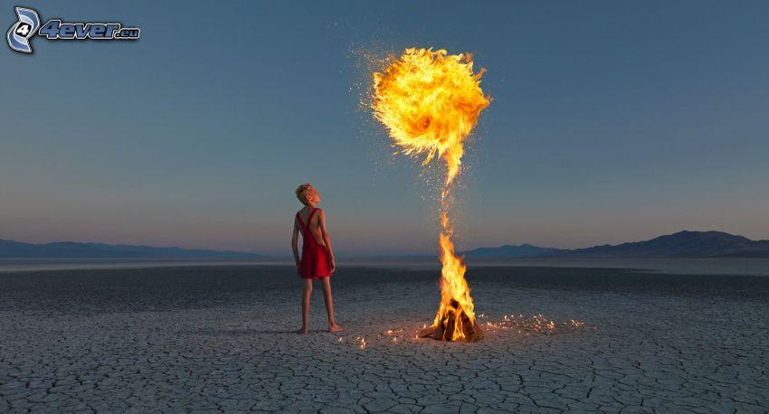 Frau mit Feuer, Flamme, ausgetrocknete Landschaft