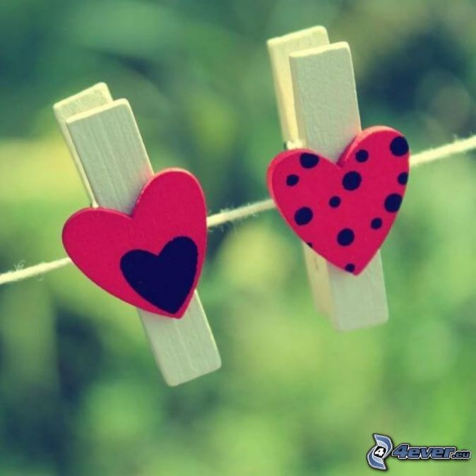 klädnypor på tråd, hjärtan