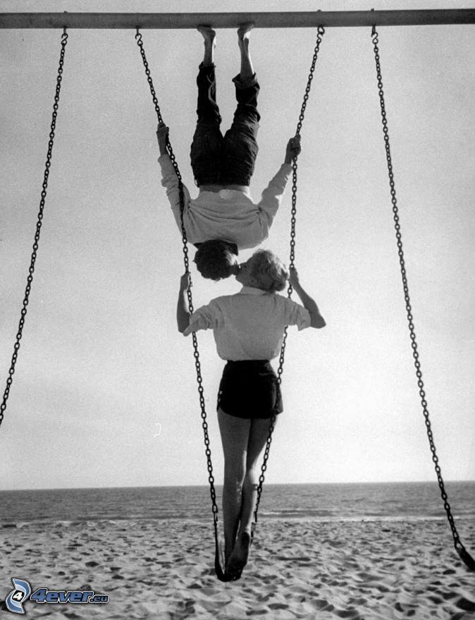 par, puss, gunga, svartvitt foto