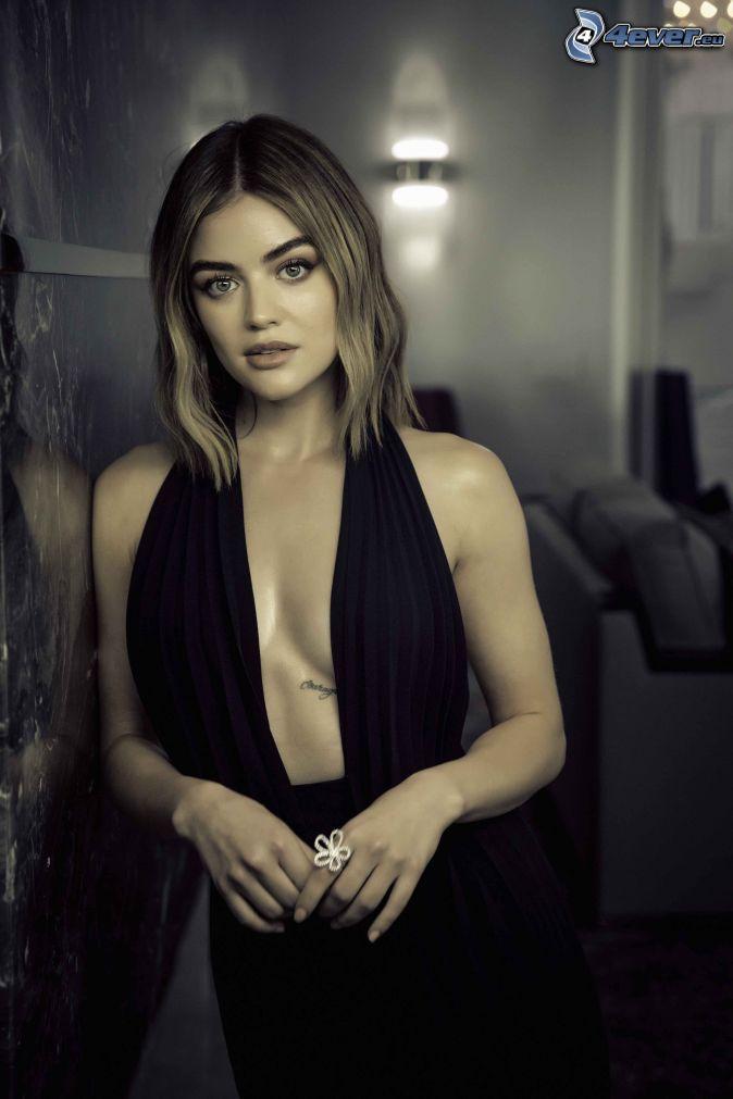 Lucy Hale, svart klänning, dekolt, utan BH