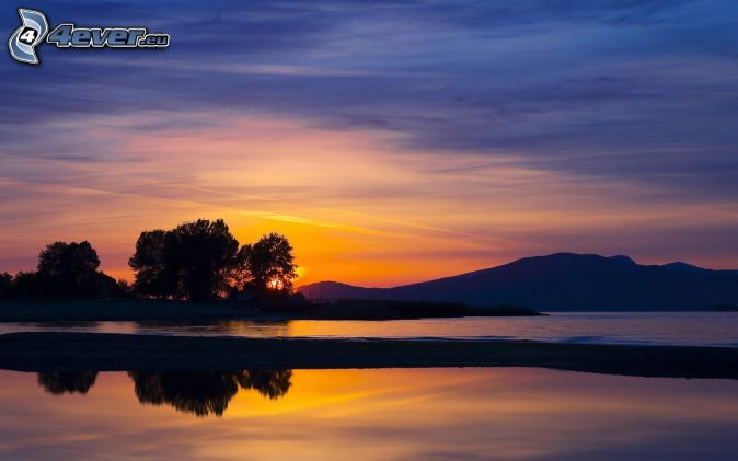 Bergskedja solnedgång siluetter av träd sjö himmel