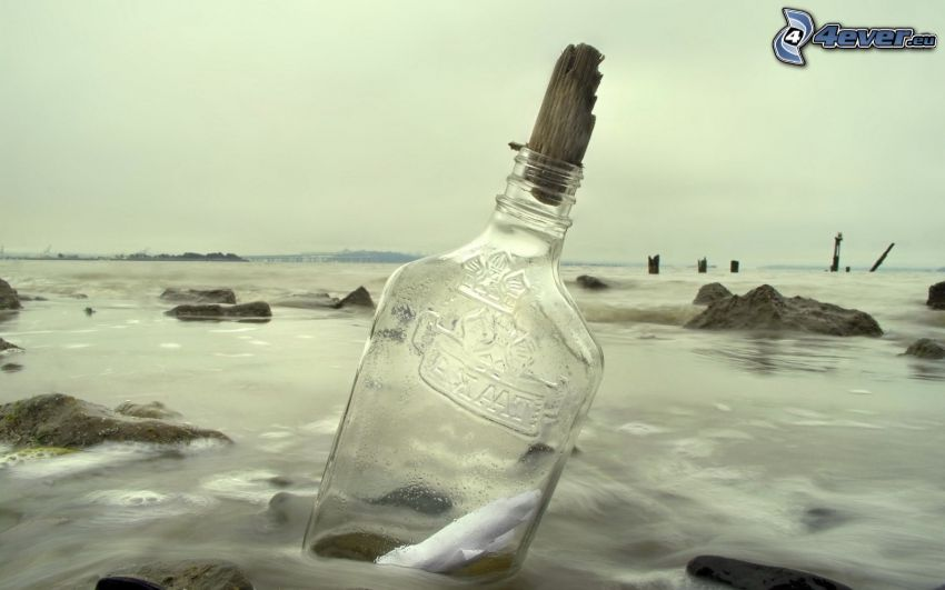 flaskpost, flaska i havet, stenig strand