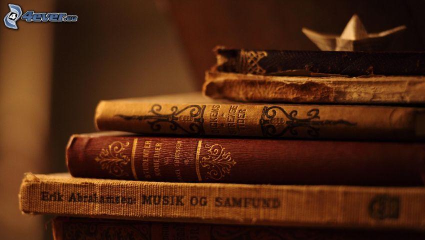 gamla böcker, pappersbåtar