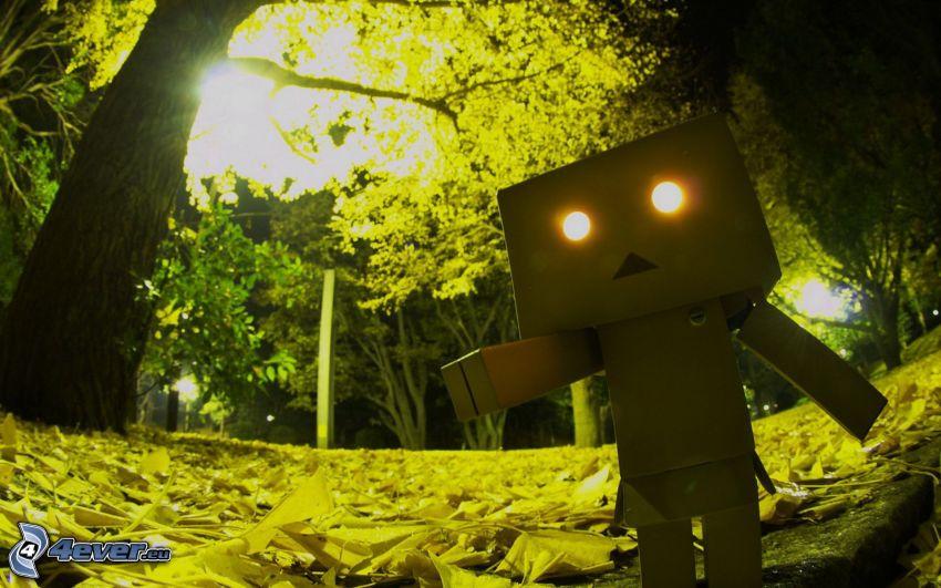 pappersrobot, träd, gatlyktor