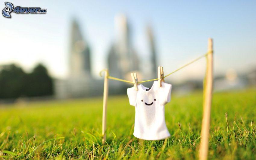 T-shirt, klädnypor på tråd