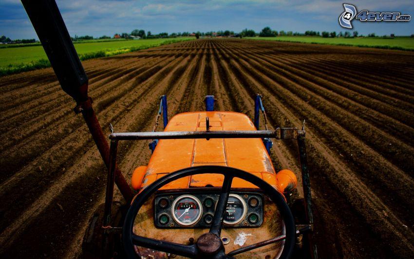 traktor på fält, plöjning