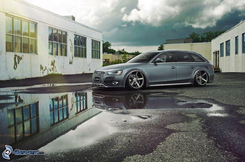 Audi S6, gammal byggnad, vattenpöl