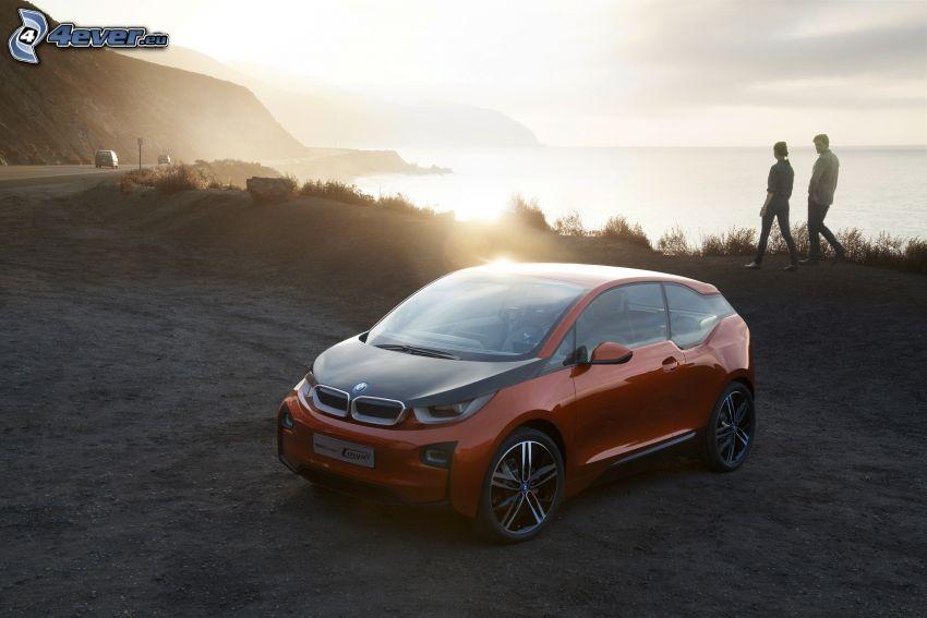 BMW i3 Concept, solnedgång över strand, par