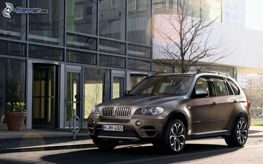 BMW X5, modern byggnad