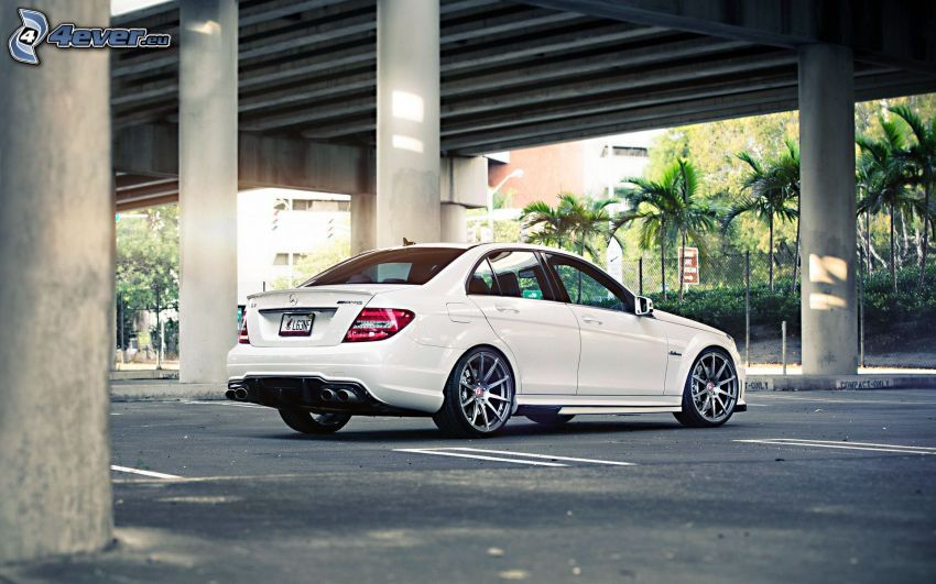 Mercedes-Benz C63 AMG, under bro