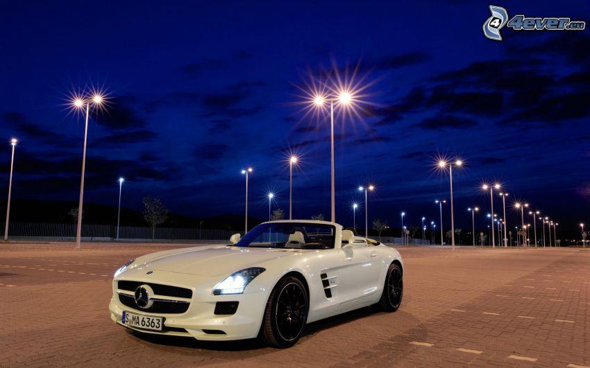 Mercedes SLS AMG GT3, cabriolet, parkering, natt, gatlyktor
