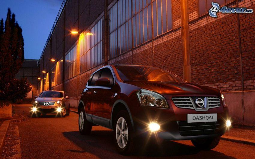 Nissan Qashqai, kväll, gatlyktor, fabrik