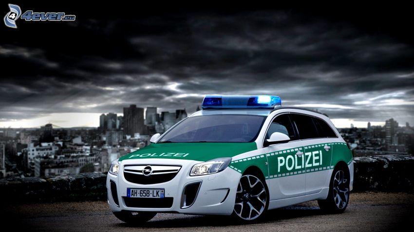 Opel Insignia OPC, polisbil, mörka moln, stad