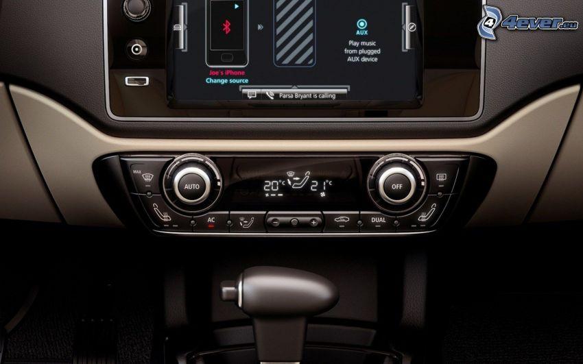 Qoros 3 Sedan, interiör, bilradio, navigering