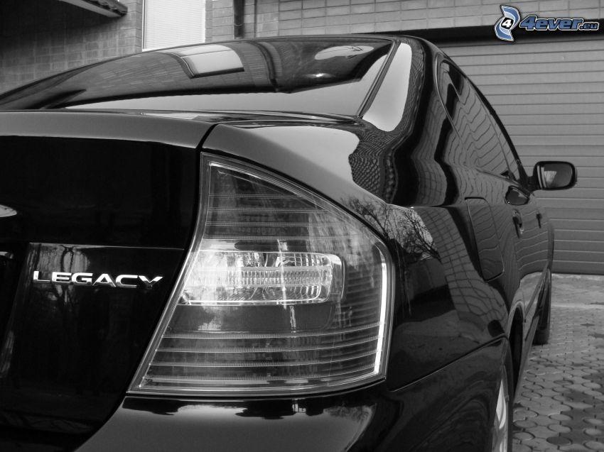 Subaru Legacy, garage, svartvitt foto