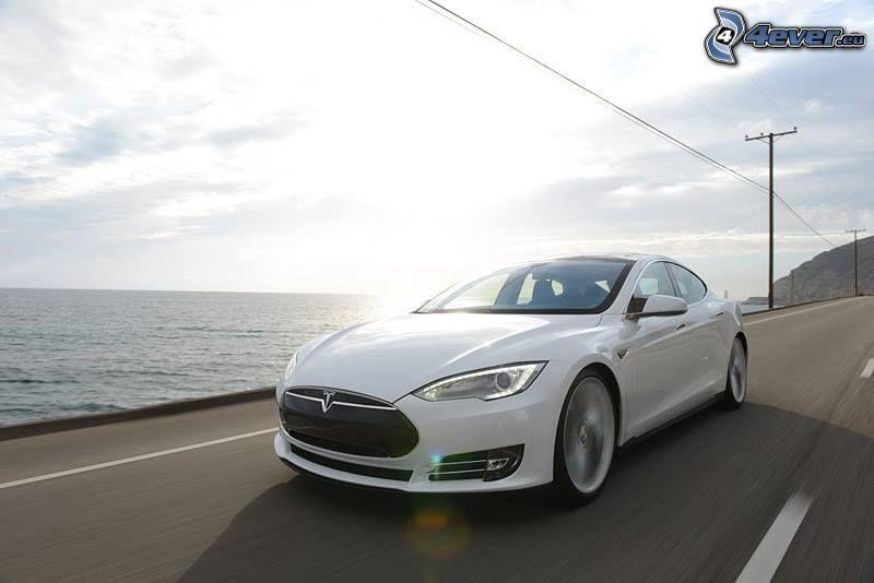 Tesla Model S, elbil, fart, havsutsikt, elledningar