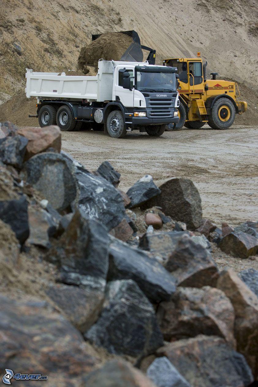 Scania, lastbil, jord, stenar, grävmaskin