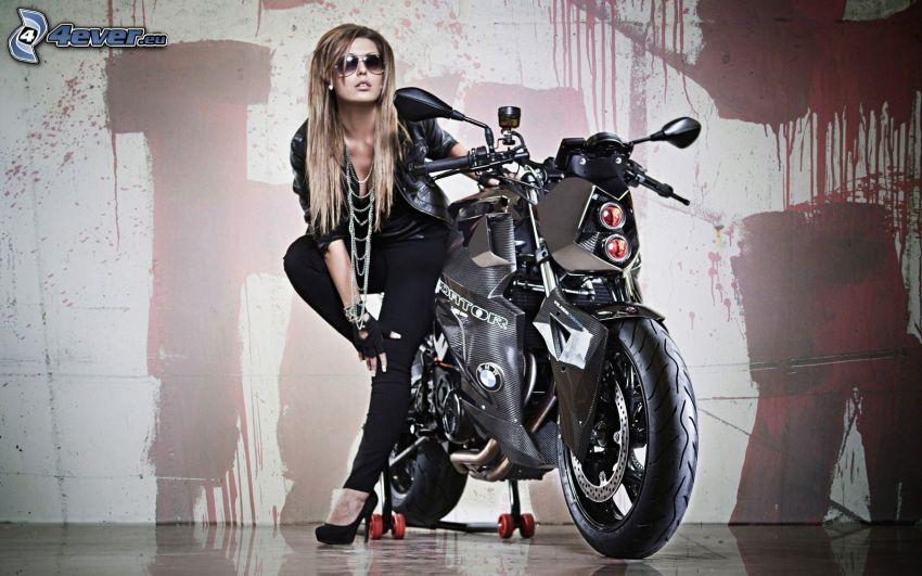 BMW motorcykel, kvinna, vägg