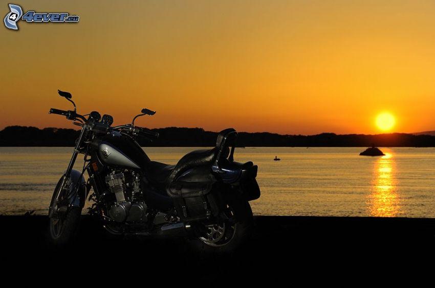 motorcykel, solnedgång över sjö