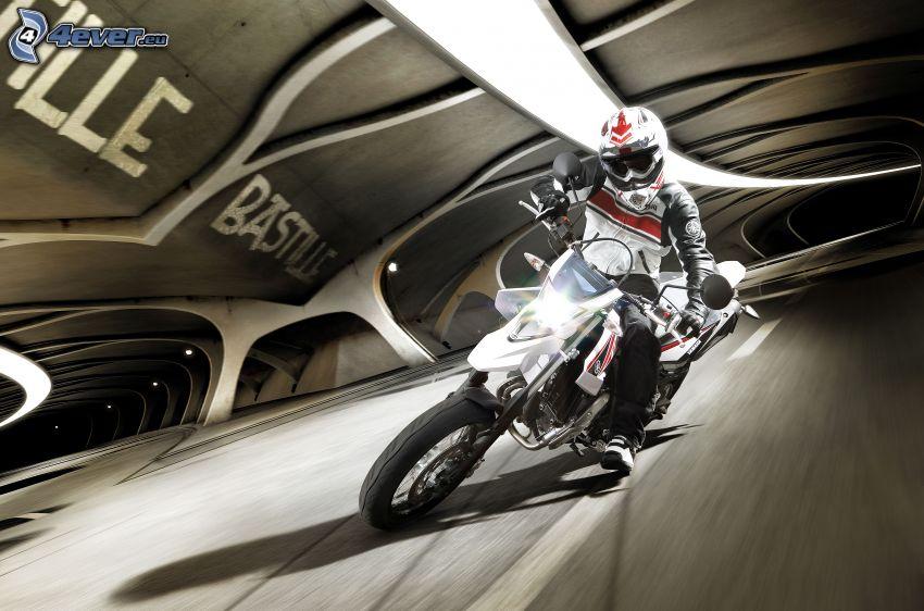 Yamaha WR125, motorcykelförare, tunnel, fart