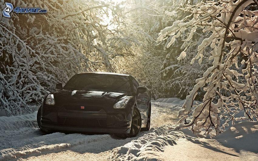 Nissan GTR, snöig skog