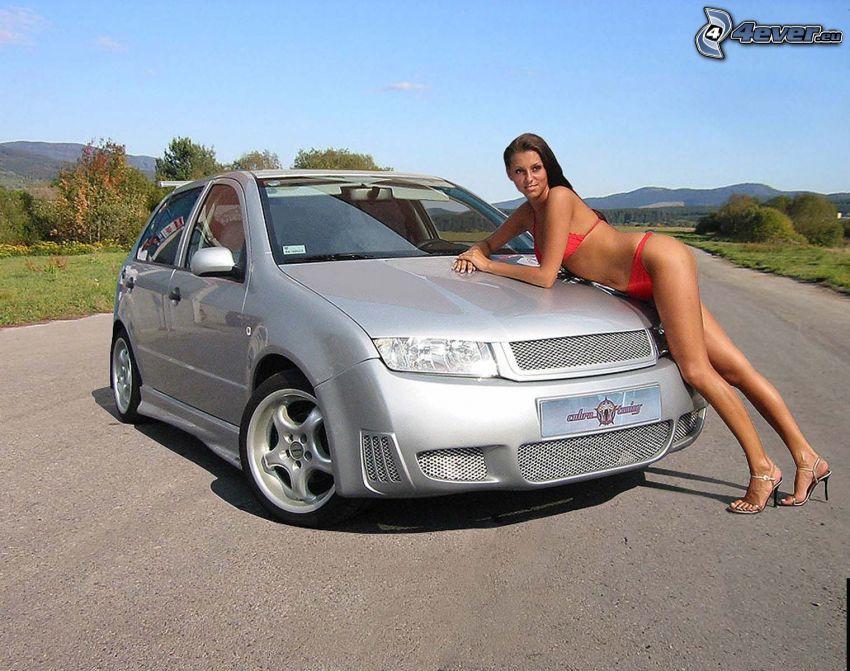 Škoda Fabia, sexig brunett, röd baddräkt, modell, långa ben