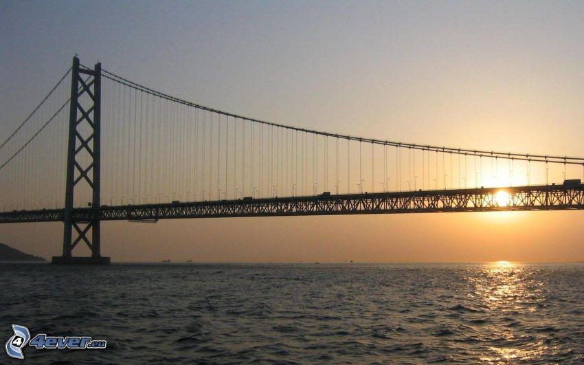 Akashi Kaikyo Bridge, solnedgång över hav