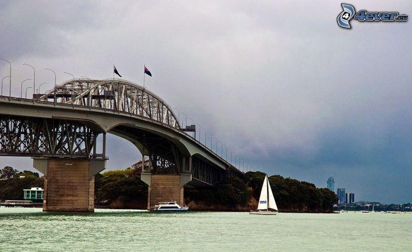 Auckland Harbour Bridge, båt