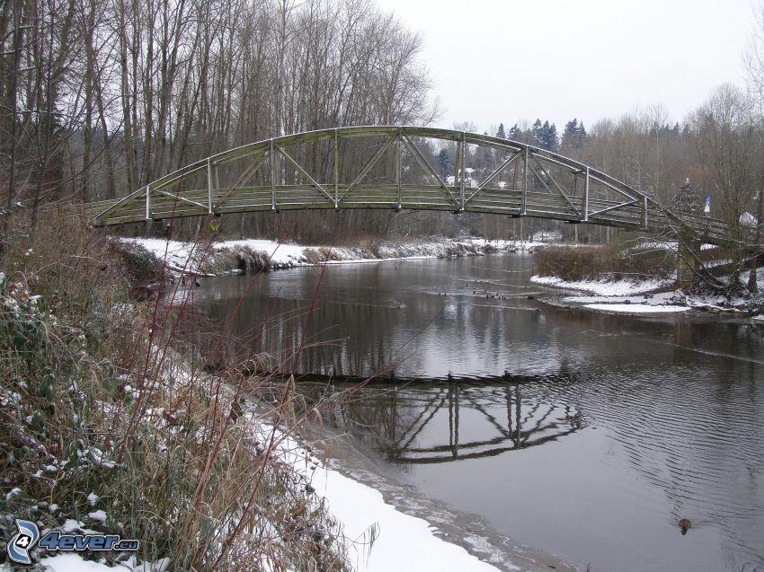 Bothell Bridge, träbro, snöig park, flod
