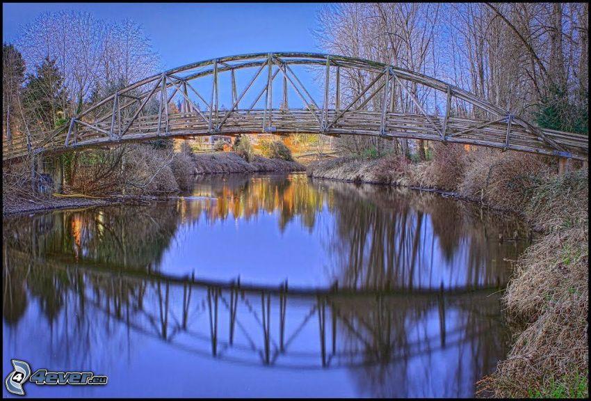 Bothell Bridge, träbro, spegling, torra träd