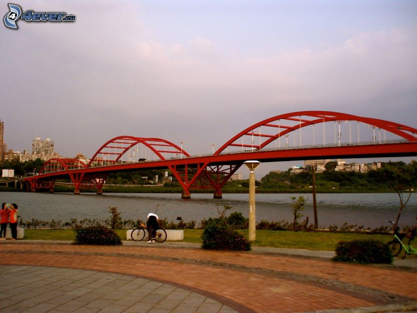 Guandu Bridge, trottoar
