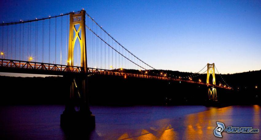 Mid-Hudson Bridge, upplyst bro, efter solnedgången