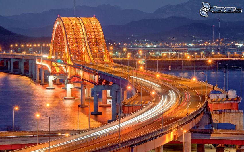 motorvägsbro, upplyst bro, trafik, motorväg på natten