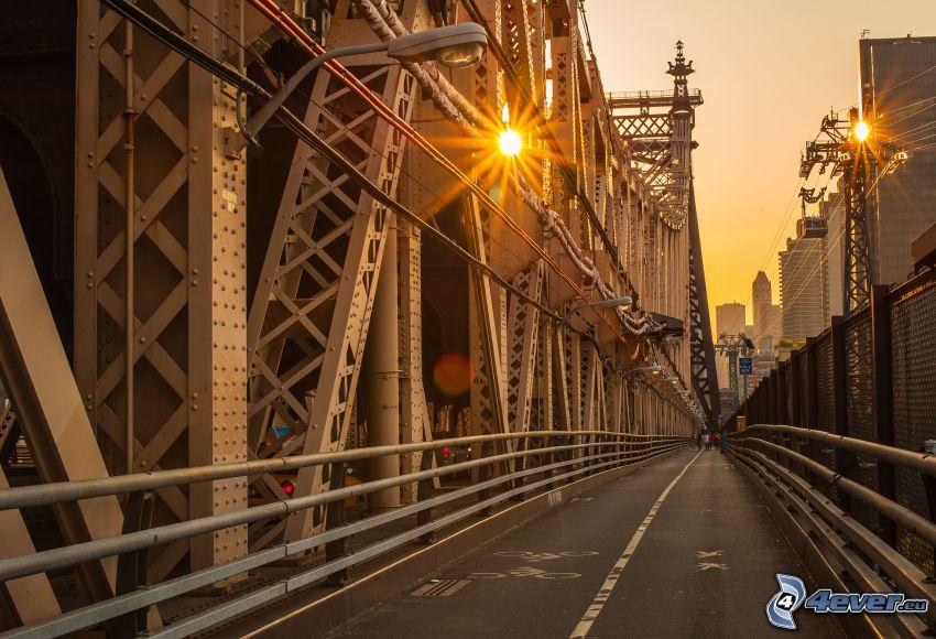 Queensboro bridge, trottoar, cykelbana, ljus