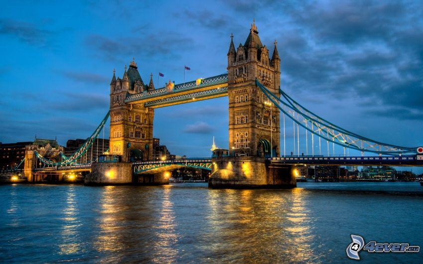 Tower Bridge, upplyst bro, Thames, London