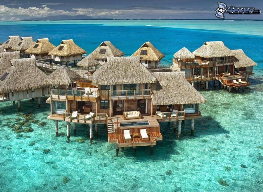 bungalows vid havet på Bora Bora, azurblå hav
