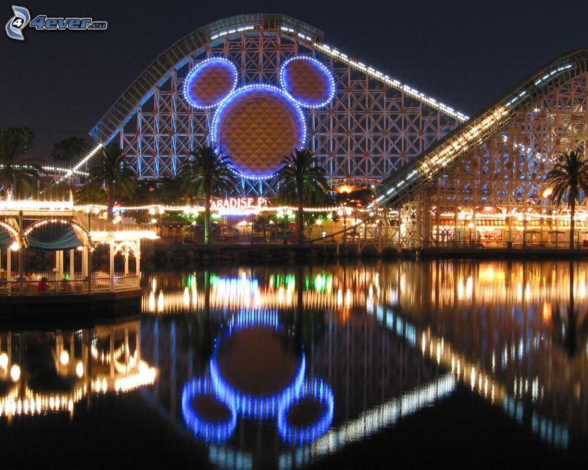 Disneyland, Kalifornien, USA, berg-och-dalbana, kväll, belysning, vatten, spegling